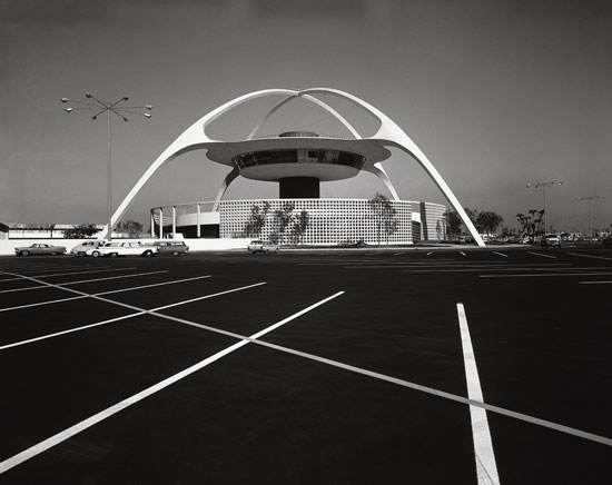 Pereira & Luckman, LAX Theme Building, Los Angeles, 1961. Picture credit: courtesy of the Estate of Marvin Rand (pages 64-65)