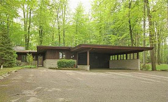 11. 1950s Frank Lloyd Wright-inspired three-bedroom property in Battle Creek, Missouri, USA