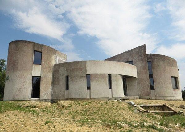 1970s brutalist renovation project in Saujon, France
