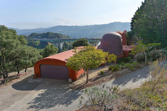 1970s William Nicholson-designed Flintstone House in Hillsborough, California, USA