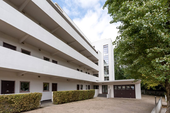 Apartment in the 1930s Wells Coates Isokon Building, London NW3
