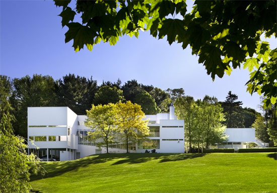1970s Richard Meier-designed White Castle in Old Westbury, New York, USA