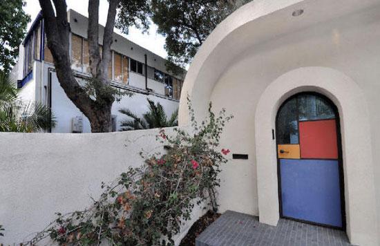 Richard Neutra and Paul Hoag-designed modernist triplex in Beachwood Canyon, Los Angeles, USA