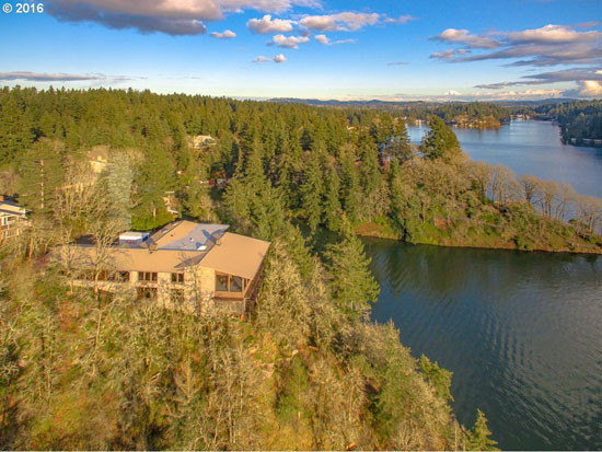 1960s midcentury modern: Lakeside property for sale in Lake Oswego, Oregon, USA