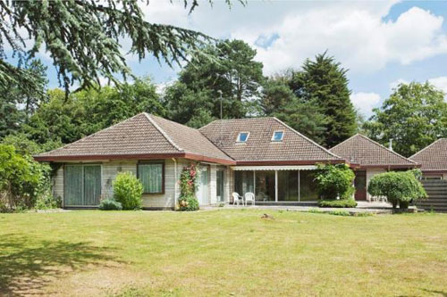 On the market: 1970s Claude de Vries-designed four-bedroomed single-storey house in Oxford, Oxfordshire