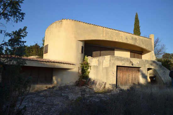 In need of renovation: 1970s architect-designed modernist villa in Uzes, Southern France