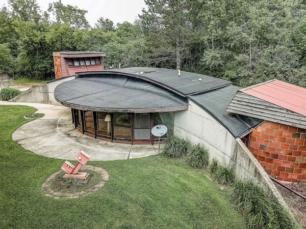 35. 1960s circular time capsule house in Hartford, Wisconsin, USA