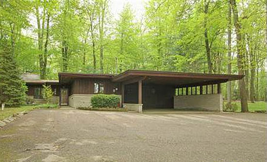 Midcentury bargain: 1950s Frank Lloyd Wright-inspired three-bedroom property in Battle Creek, Missouri, USA