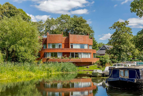 1970s riverside modern house in Windsor, Berkshire